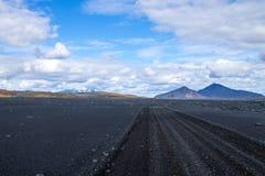 Strada non asfaltata lungo gli altopiani centrali dell'Islanda immagine stock libera da diritti