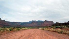 Strada non asfaltata nel paesaggio sterile dell'Utah video d archivio