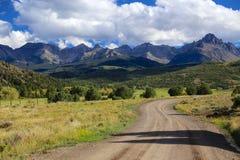 Strada non asfaltata nella regione selvaggia di Sneffeles del supporto in Colorado Rocky Mountains Immagine Stock