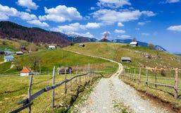 Strada non asfaltata nelle montagne Immagine Stock