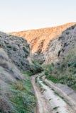 Strada non asfaltata nelle montagne dell'argilla di Stanislav fotografie stock
