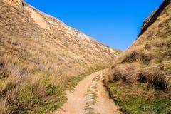 Strada non asfaltata nelle montagne dell'argilla di Stanislav fotografia stock