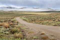 Strada non asfaltata in una valle della montagna Immagini Stock