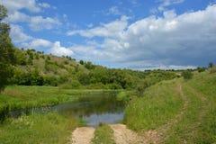 Strada non asfaltata vicino al fiume di Vorhol nel giorno soleggiato di estate immagine stock libera da diritti