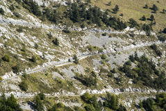 Strada non pavimentata attraverso le montagne Fotografie Stock Libere da Diritti