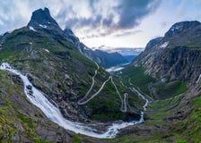 Strada norvegese della montagna Trollstigen Cascata di Stigfossen Fotografia Stock Libera da Diritti