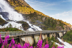 Strada in Norvegia che passa la cascata Langfoss Fotografie Stock