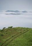 Strada, nubi e nebbia Fotografia Stock