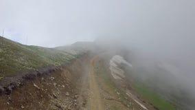 Strada in nuvole alte nelle montagne immagini stock