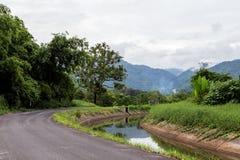 Strada pacifica con il canale in campagna immagine stock libera da diritti