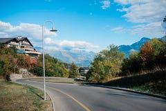 Strada in paesino di montagna fotografia stock