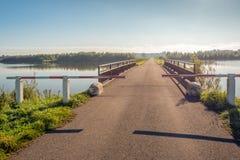 Strada parzialmente chiusa in e sopra un lago fotografia stock