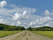Strada in pavimenti sotto il cielo nuvoloso Immagini Stock
