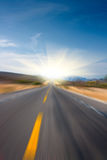 Strada per esporre al sole la sfuocatura di movimento