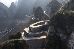 Strada pericolosa di serpantine nelle montagne Immagine Stock Libera da Diritti