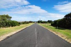 Strada a Phillip Island che conduce alla costa, Phillip Island, Victoria, Australia immagini stock libere da diritti