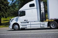 Strada piacevole bianca del capo dei semi di profilo potente moderno del camion Fotografie Stock