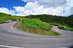 Strada piacevole della curva, bello paesaggio. Fotografia Stock