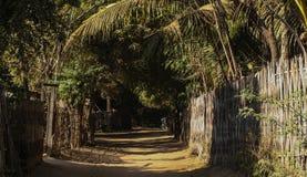Strada piacevole in un villaggio immagini stock libere da diritti