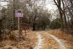 Strada poderale gelida con il pannello d'avvertimento - privato immagini stock libere da diritti