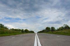 Strada principale abbandonata dell'asfalto del paese fotografie stock libere da diritti
