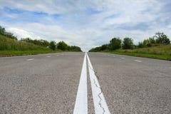 Strada principale abbandonata dell'asfalto del paese fotografia stock