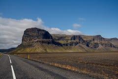 Strada principale ad alta velocità alle montagne contro il cielo blu immagini stock libere da diritti