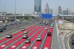 strada principale ad alta velocità del Sei-vicolo e una corrente delle automobili a cui viaggi Fotografie Stock Libere da Diritti