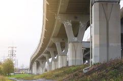 Strada principale ad alta velocità del tributo sugli alti scaffali sopra la città Fotografia Stock Libera da Diritti