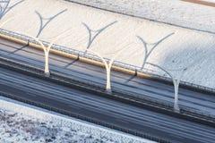 Strada principale ad alta velocità nella neve di inverno nella strada di città Immagini Stock Libere da Diritti