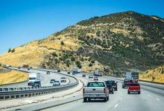 Strada principale ad alta velocità nelle vicinanze di Los Angeles Viaggio turistico del paese di estate in California Fotografia Stock