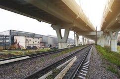 Strada principale ad alta velocità sulle alte colonne al fondo della ferrovia Immagini Stock