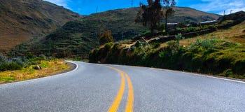 Strada principale alla catena montuosa peruviana di Huaraz immagine stock libera da diritti