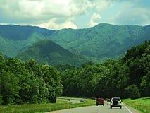 Strada principale alle montagne Immagini Stock Libere da Diritti