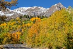 Strada principale attraverso il paesaggio di caduta di Colorado Fotografie Stock