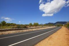 Strada principale attraverso il paesaggio non-urbano Immagini Stock Libere da Diritti