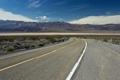 Strada principale attraverso la valle di Panamint in Death Valley fotografia stock