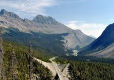 Strada principale attraverso le Montagne Rocciose canadesi Fotografia Stock