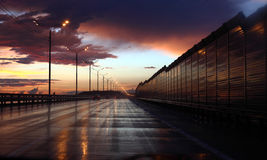 Strada principale bagnata alla notte Fotografia Stock