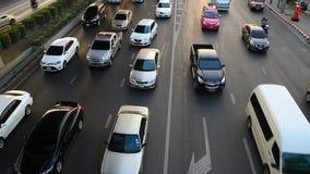 Strada principale che determina inclinazione occupata di traffico sul colpo stock footage