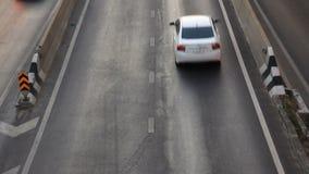 Strada principale che determina inclinazione occupata di traffico sul colpo video d archivio