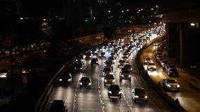 Strada principale che determina ingorgo stradale alla notte stock footage