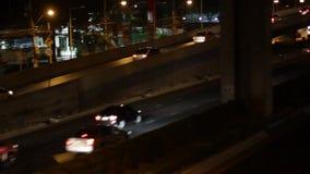 Strada principale che determina traffico occupato alla notte video d archivio