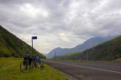 Strada principale che fugge attraverso la valle della montagna fotografia stock libera da diritti