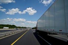 Strada principale che guida passando camion Immagine Stock