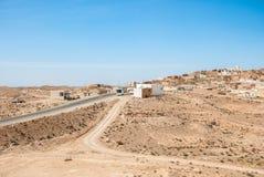 Strada principale che passa attraverso una piccola città araba Fotografia Stock