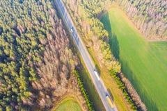 Strada principale circondata dal paesaggio areale di autunno verde della foresta fotografie stock libere da diritti