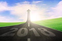 Strada principale con il numero 2018 e la freccia ascendente Fotografia Stock Libera da Diritti