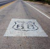 Strada principale con l'itinerario 66 su esso Fotografia Stock Libera da Diritti