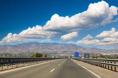Strada principale con le montagne Fotografia Stock